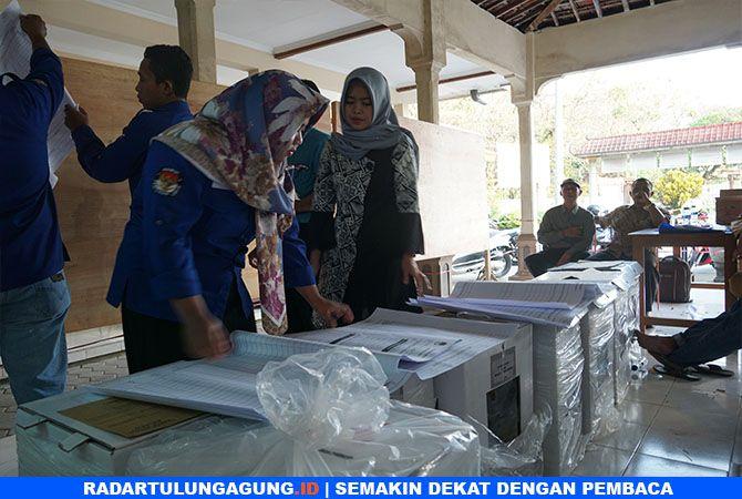 KEJAR WAKTU: PPK Gondang sedang melakukan rekapitulasi surat suara di Balai Desa Tiudan.