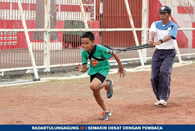 JELANG UNESA OPEN: Atlet binaan PASI Kota Blitar menjalani latihan rutin di Stadion Soepriadi.