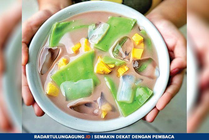 USIR DAHAGA : Es bongko ini dibuat dari hungkwe, sari pandan dan santan. Rasanya manis segar jadi favorit.