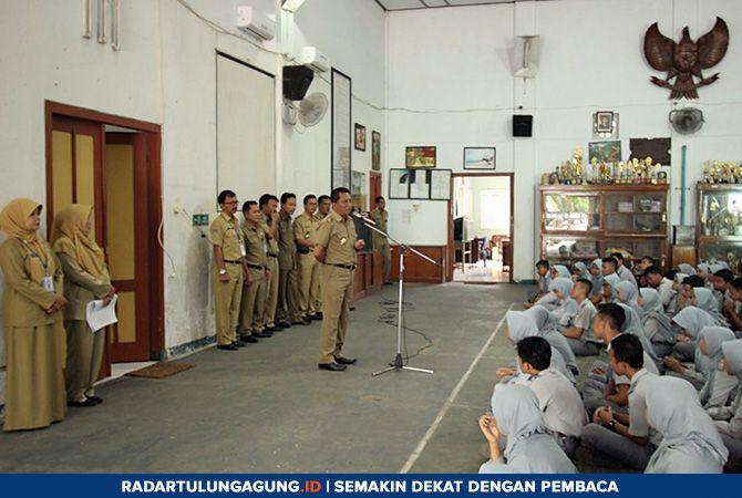 DEMI GENERASI: Bupati Rijanto dan Wabup Marhaenis saat monitoring ke sekolah yang melaksanakan ujian Senin (22/4).