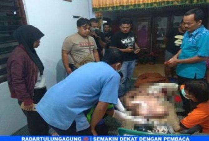 MUSIBAH : Polisi memeriksa korban di rumah duka.