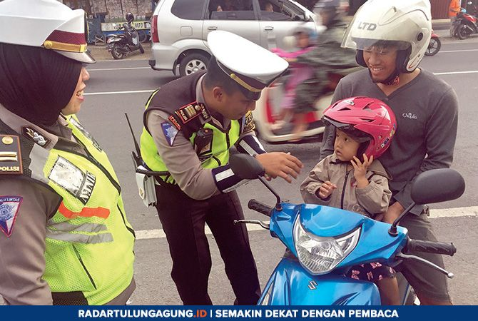 TURUN TANGAN: Polisi lalu lintas Polres Blitar Kota mengecek kelengkapan surat di Jalan Tanjung, Selasa (23/4).