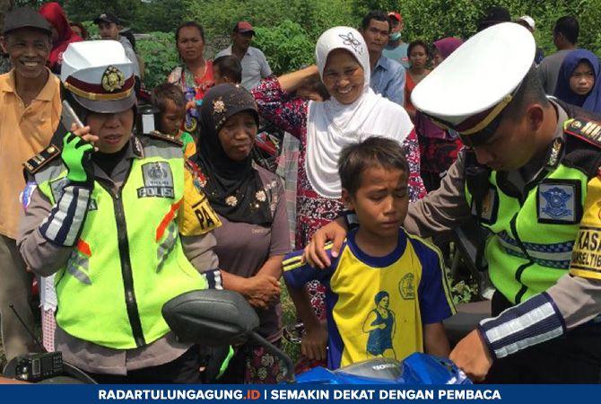 MENANGIS: Seorang pengendara yang masih bocah saat diberhentikan polisi, Rabu (24/4).