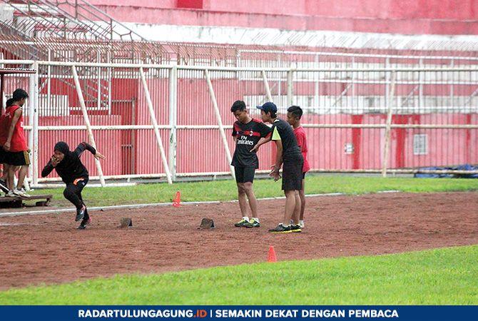 FOKUS: Latihan rutin atlet PASI Kota Blitar di Stadion Soepriadi, Rabu (25/4).