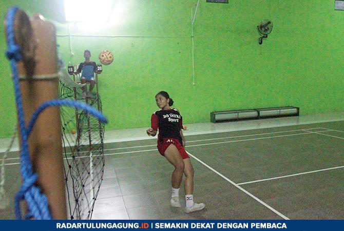 SOLID: Latihan rutin tim sepak takraw Kabupaten Blitar di gedung serbaguna SDIT Ibadurrahman Srengat.