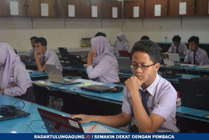 FOKUS: Siswa kelas IX ketika mengikuti UNBK di ruang laboratorium SMPN 2 Tulungagung Kamis (25/4).