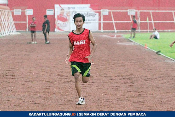 CEPAT: Latihan rutin atlet PASI Kota Blitar di Stadion Soepriadi.