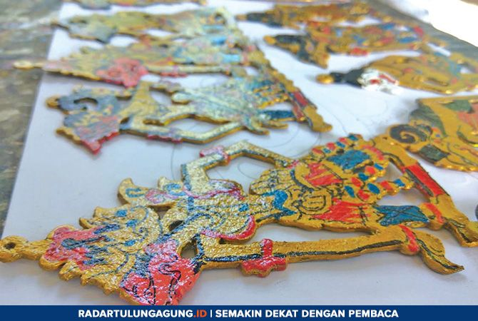 KREATIF: Gantungan kunci bentuk wayang mini buatan Lamuni banyak dipesan dijadikan souvenir.