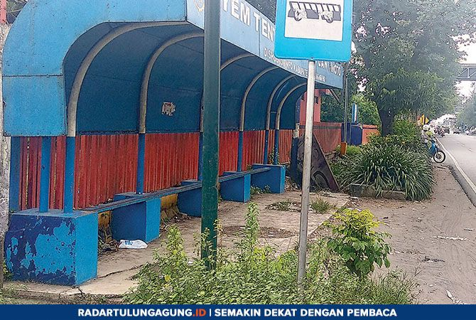 PERLU PERHATIAN: Halte di Desa Ngujang, Kecamatan Kedungwaru, belum terawat maksimal.