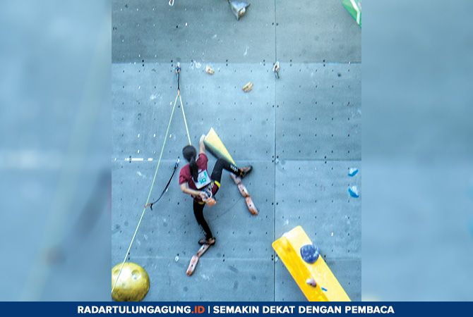 BERSAING KETAT: Atlet FPTI Kota Blitar saat bersaing di Lapangan KONI Jawa Timur, Surabaya, Senin (29/4).