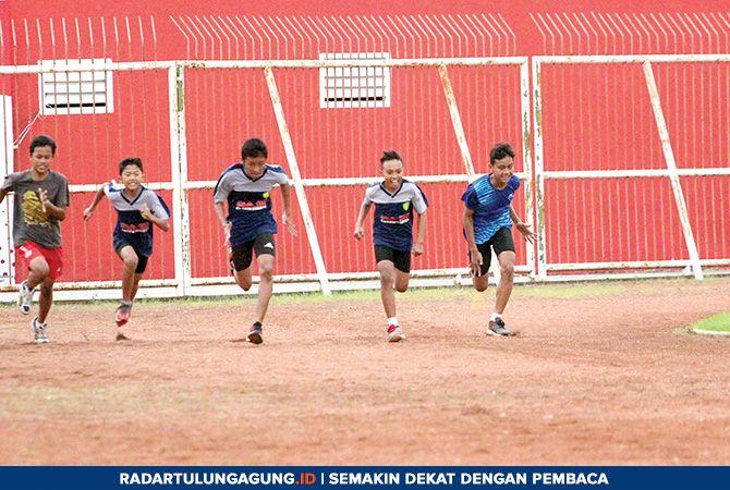 ADU CEPAT: Latihan rutin atlet PASI Kota Blitar di Stadion Soepriadi.