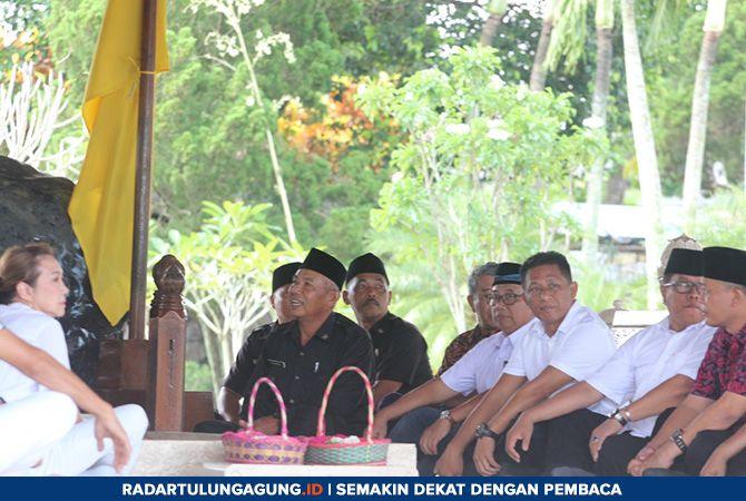 PUCUK PIMPINAN : Bupati Rijanto (empat dari kanan), Wabup Marhaenis UW dan Plt Walikota Blitar Santoso, ikut berziarah di Makam Bung Karno.