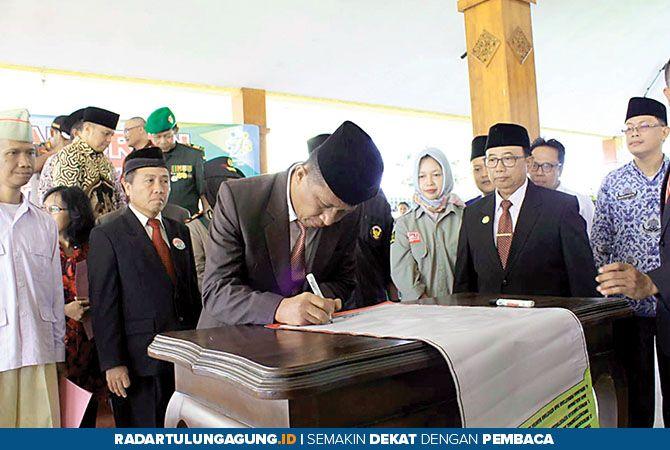 DUKUNGAN: Wabup Marhaenis UW ikut menandatangani deklarasi damai.