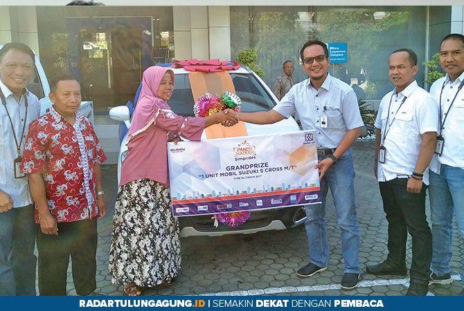 GRANDPRIZE 1 : Suzuki S Cross M/T yang diserahkan Pinca BRI Trenggalek Yuwanda Rahman kepada Kustinah.