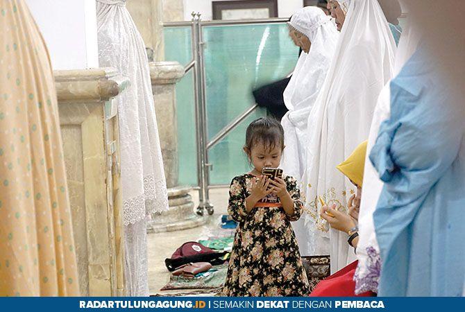 KHUSYUK: Jamaah Masjid Agung Al Munawwar sedang melaksanakan salat tarawih pertama yang menandakan dimulainya Ramadan 1440 H tadi malam.