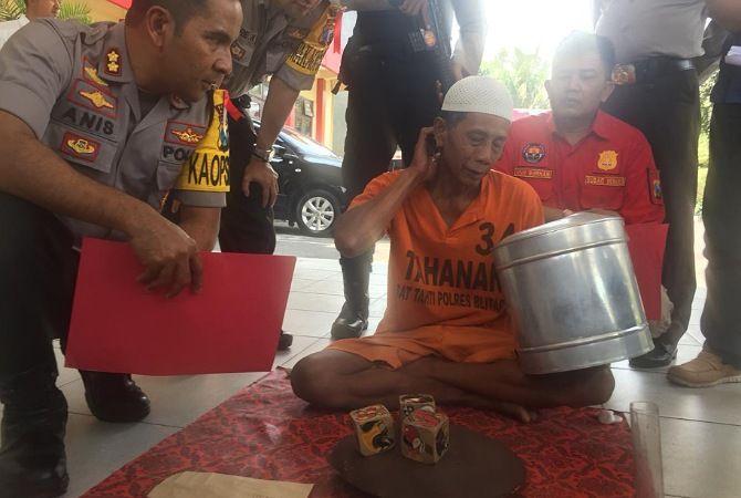 KAPOK : Pelaku mempraktikkan judi dadu dihadapan polisi Polres Blitar.
