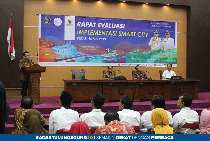 PAPARKAN: Kepala Dinas Kominfo Kabupaten Blitar Eko Susanto menjelaskan terkait pelaksanaan program smart city.