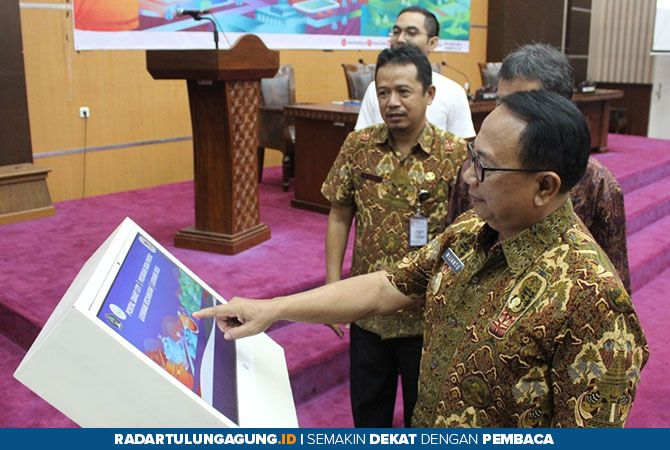 TERINTEGRASI: Bupati Rijanto melihat portal smart city melalui layar LCD usai membuka Rapat Evaluasi Implementasi Smart City di Aula Penataran Lantai III kantor Bupati Blitar, kemarin.