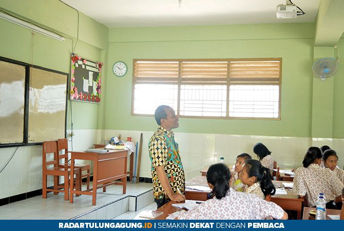 FOKUS: Sejumlah siswa ketika mengikuti KBM di SMAK St. Thomas Aquino Tulungagung.