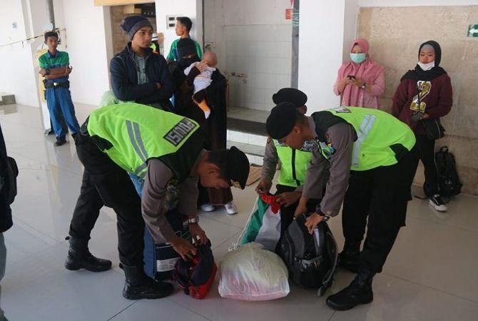 TELITI: Polisi periksa barang bawaan penumpang di Stasiun Blitar, Minggu (19/5).