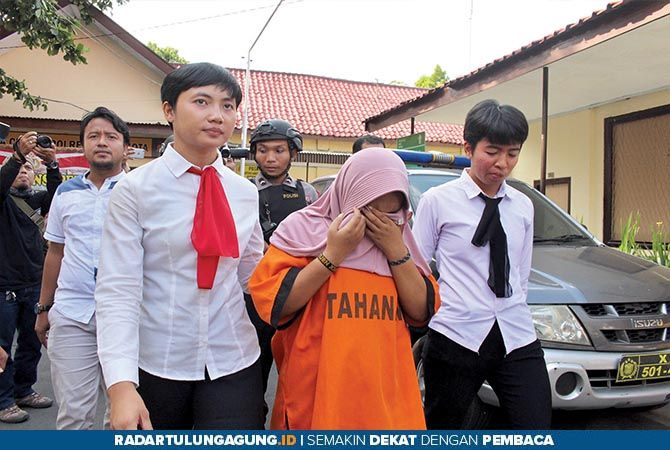 TEGA: Polisi menunjukkan barang bukti kasus prostitusi.