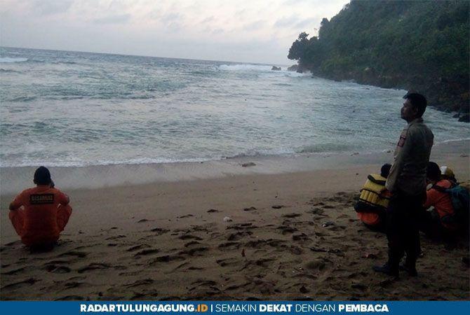 BERUJUNG PETAKA: Dua korban yang tidak bisa di selamatkan karena terseret ombak Pantai Pangi, Selasa (11/6).