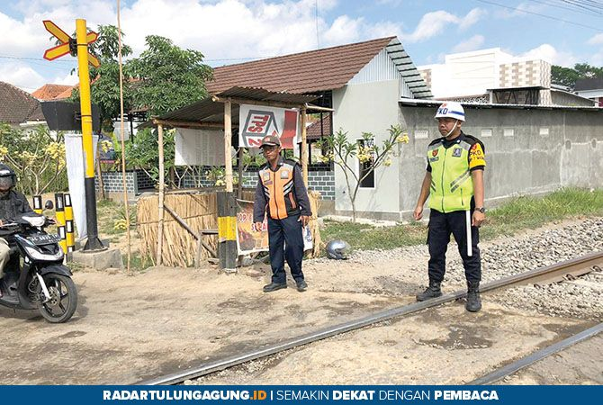 UNTUNG TAK ADA KORBAN: Tempat kejadian atau lokasi kecelakaan ledok menabrak KA di Plosokandang. Ledok penggilingan padi keliling yang terlibat kecelakaan.