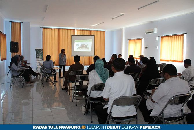 SINERGI : Manajer Credit Union Rahayu, Siti Alimah saat memaparkan tentang DANA PANDAN kepada komisi B DPRD dan Dinkop UKM Tulungagung.