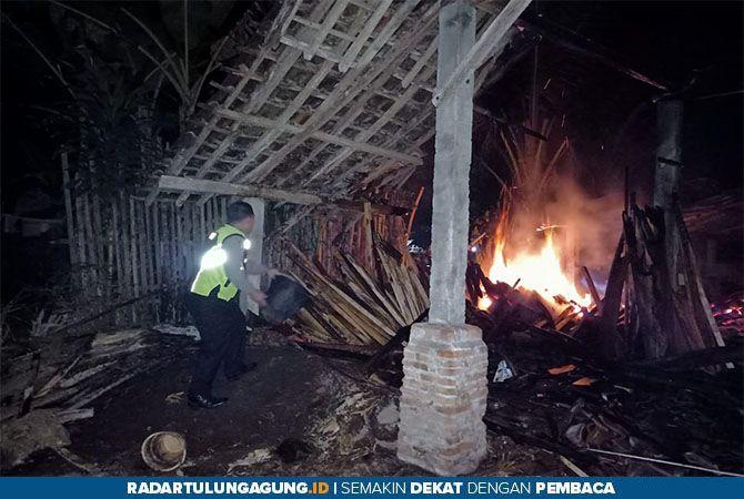 LUDES : Polisi dan petugas PMK berusaha memadamkan api yang membakar gudang kayu di Kelurahan Bence, Kecamatan Garum, Rabu dini hari (10/7).