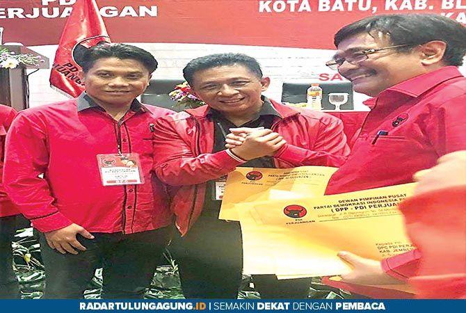 SELAMAT DAN PENUH DEDIKASI: Ketua DPC PDIP Kabupaten Blitar Marhaenis Urip Widodo  menerima rekomendasi dari DPP PDIP diwakili Kepala Bidang Keanggotaan dan Organisasi Djarot Saiful Hidayat.