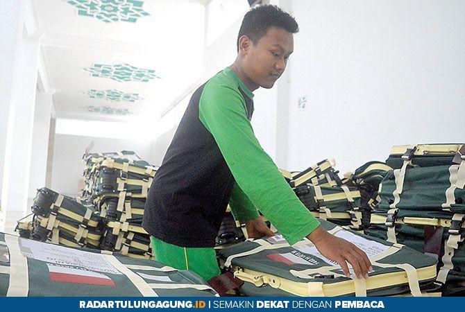 PROSES PENUKARAN: Panitia haji mendistribusikan koper bagi CJH pada Rabu (3/7) lalu.