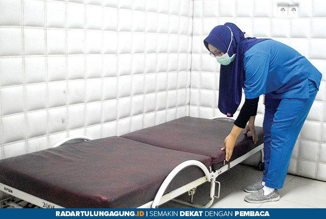 LENGKAP: Petugas IGD RSUD dr Iskak merapikan ruangan psikiatri. Ruangan ini digunakan pasien yang mengalami gangguan psikologis akut.