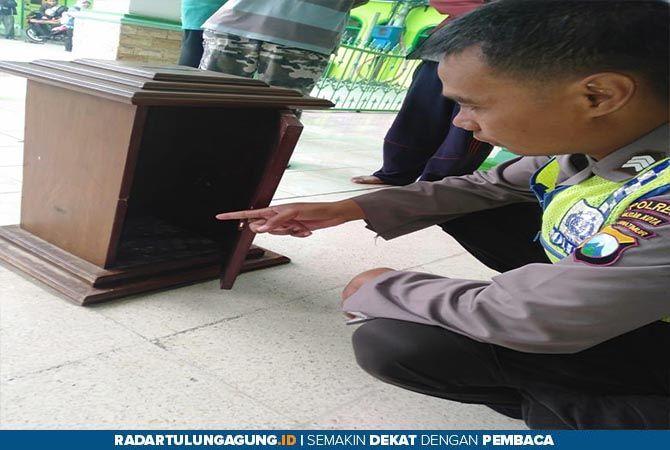 BUKTI: Pelaku dan barang bukti diamankan di Polsek Sukorejo usai ditangkap, Jumat (12/7).
