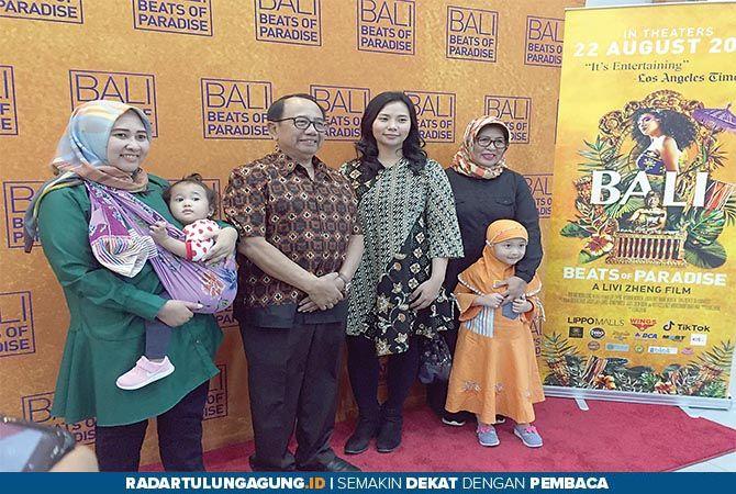 MEMBANGGAKAN: Livi Zheng foto bersama keluarga Bupati Blitar Rijanto sebelum menonton film Bali: Beats of Paradise di Blitar Square, Selasa (6/8) lalu.