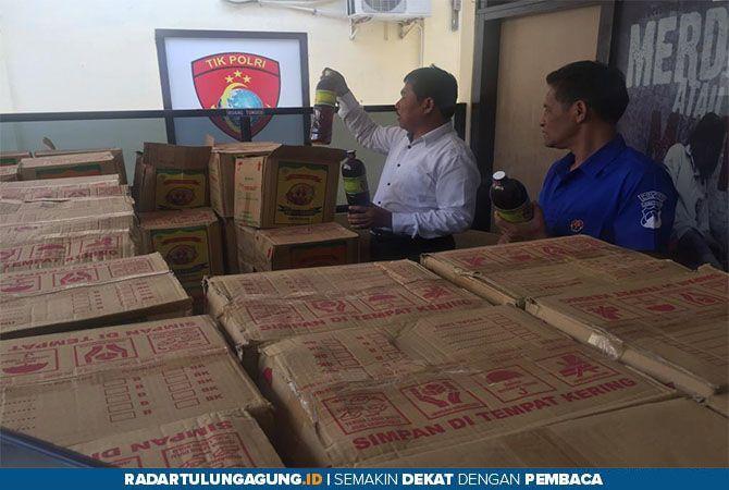 BUKTI: Polisi menunjukkan jamu yang sebelumnya dicurigai ilegal di Polres Blitar Kota, Senin (12/8).