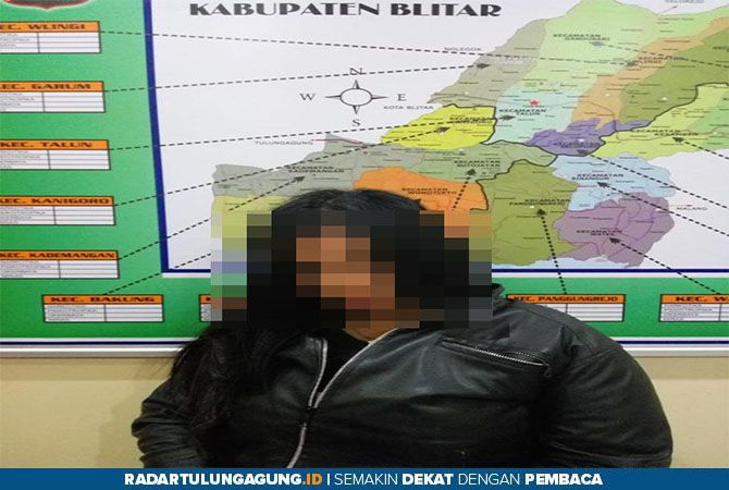 DIBUI:  Tersangka dan barang bukti yang kini diamankan di Polres Blitar untuk penyidikan lebih lanjut, Selasa (13/8).