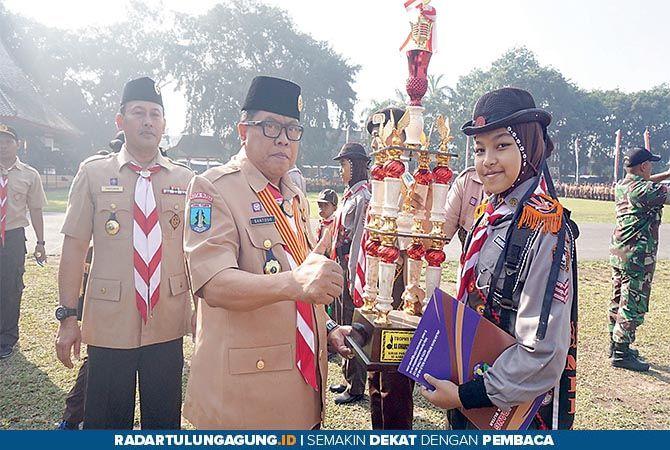 SDM UNGGUL: Ketua Kwarcab Blitar Santoso menyerahkan Piala Bergilir Kirab Pandu Praja Patria 2019 Kota Blitar di Alun-Alun Kota Blitar, kemarin (14/8).