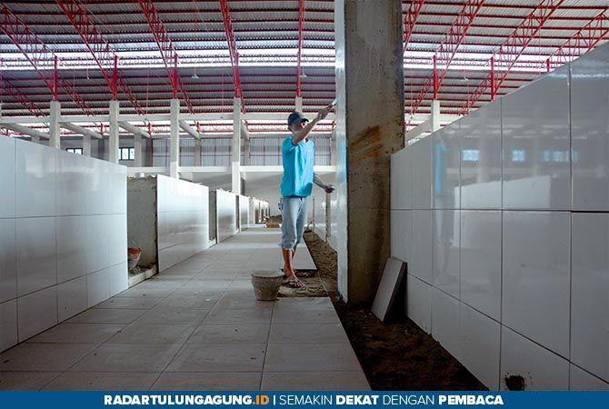 Pembangunan Pasar Kanigoro kini sedang berlangsung. Dinas Perindustrian dan Perdagangan (Disperindag) Kabupaten Blitar memastikan akhir November rampung