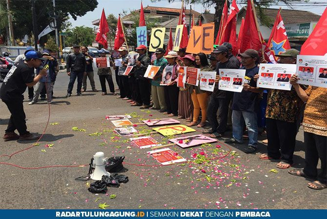 PROTES: Puluhan aktivis antikorupsi melakukan aksi damai di simpang empat Lovi, Senin (16/9).