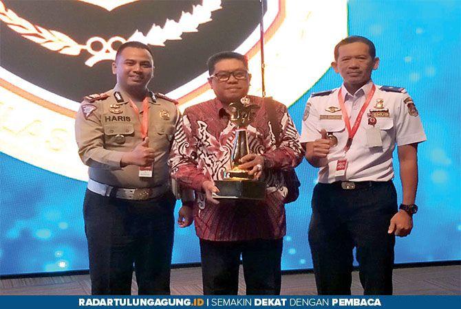 MEMBANGGAKAN: Plt Wali Kota Blitar Santoso (tengah), didampingi Kasatlantas Polres Blitar Kota AKP Haris Darma Sucipto (kiri) dan Kepala Dishub Kota Blitar Priyo Suhartono usai menerima penghargaan WTN dari Kemenhub di Jakarta, kemarin.