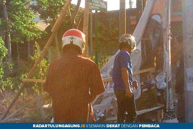 PEMICU SEMANGAT: Beberapa orang relawan Trijanto hendak membersihkan reklame yang rusak di Jalan Anjasmoro.