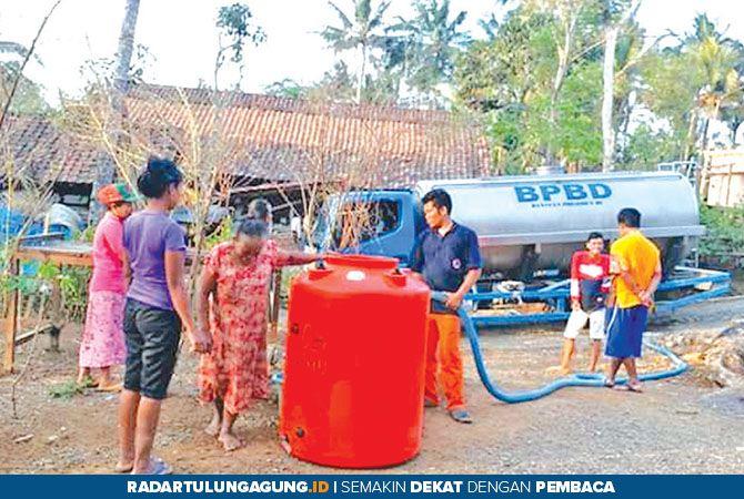 SOLUSI TERAKHIR: Petugas BPBD Trenggalek ketika memberi bantuan air bersih ke desa-desa yang membutuhkan