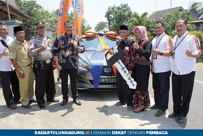 TAK MENYANGKA: Pemimpin Cabang BRI Blitar, Anis Abdul Hakim (empat dari kiri) foto bersama Guwandi (empat dari kanan), pemenang grand prize kedua.