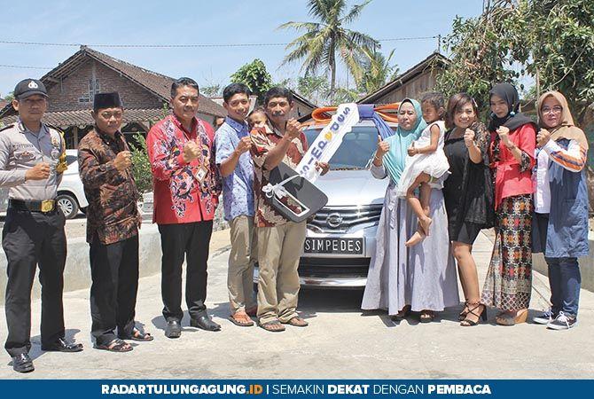 SENANG: Pemimpin Cabang BRI Blitar, Anis Abdul Hakim (tiga dari kiri) foto bersama Damiati (empat dari kanan) dan keluarga, usai menyerahkan hadiah grand prize pertama.
