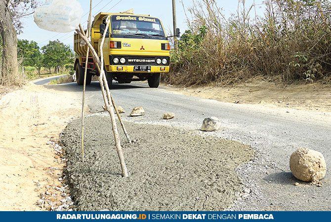 MULAI DICOR: Truk melintasi jalan Segawe yang kini dibenahi, kemarin (30/10).