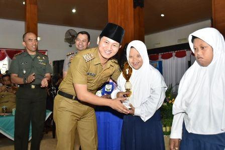 KEREN: Bupati Trenggalek Mas Ipin menyerahkan piala kepada seorang siswa difabel di Pendapa Manggal Praja Nugraha, Selasa (3/12)