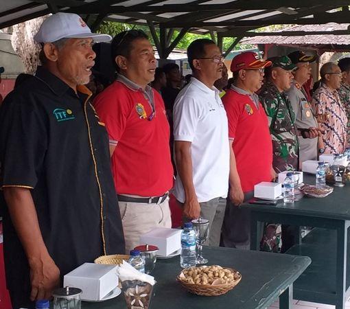 SEMANGAT : Bupati Maryoto Birowo (empat dari kiri) dan tamu undangan serta atlet menyanyikan lagu Indonesia Raya