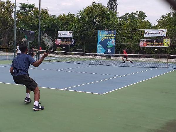 TAK MAU MENGALAH: Seorang atlet bermain di Kejurnas Tenis Bupati Cup harus memiliki stamina kuat ketika menjalani permainan reli panjang.