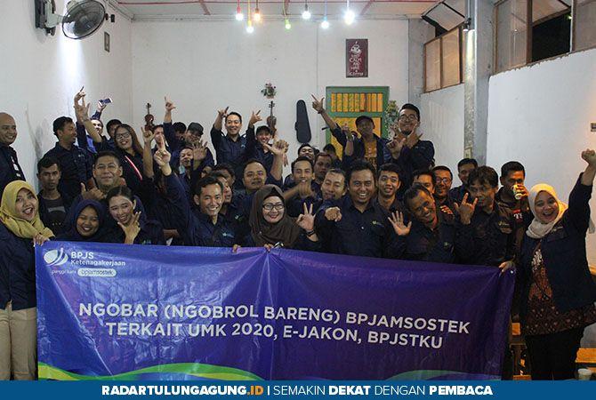 SEMANGAT: Kepala Kantor Cabang BPJS Ketenagakerjaan Blitar, Agus Dwi Fitriyanto foto bersama peserta sosialisasi yang merupakan perusahaan pelaksanan sektor jasa konstruksi.