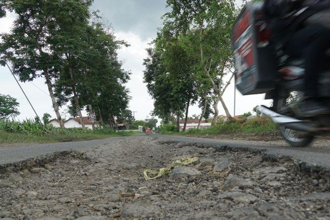 BERBAHAYA: Satu titik di ruas jalan penghubung Gebang-Ngebong yang rusak dan membahayakan pengguna kendaraan bermotor yang melintas.